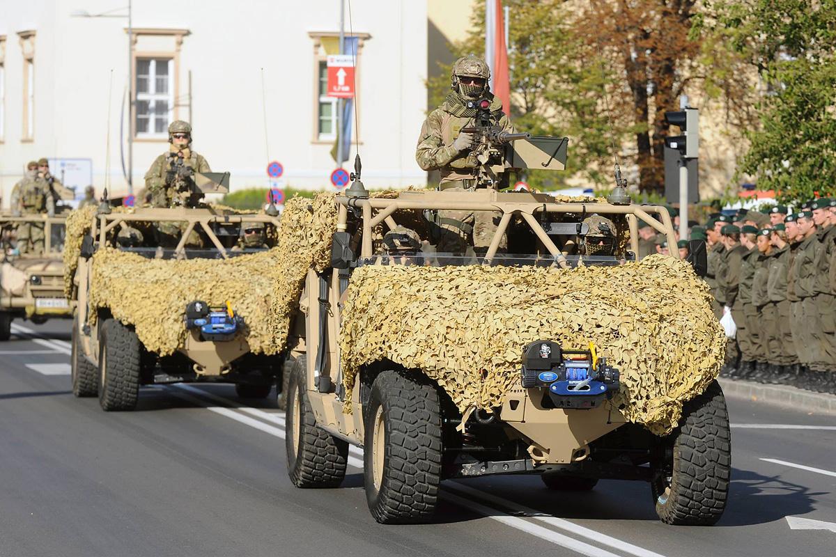 Zwei DAGOR des Jagdkommandos bei ihrem ersten offiziellen Auftritt bei der Parade in Wr. Neustadt © TherMilAk
