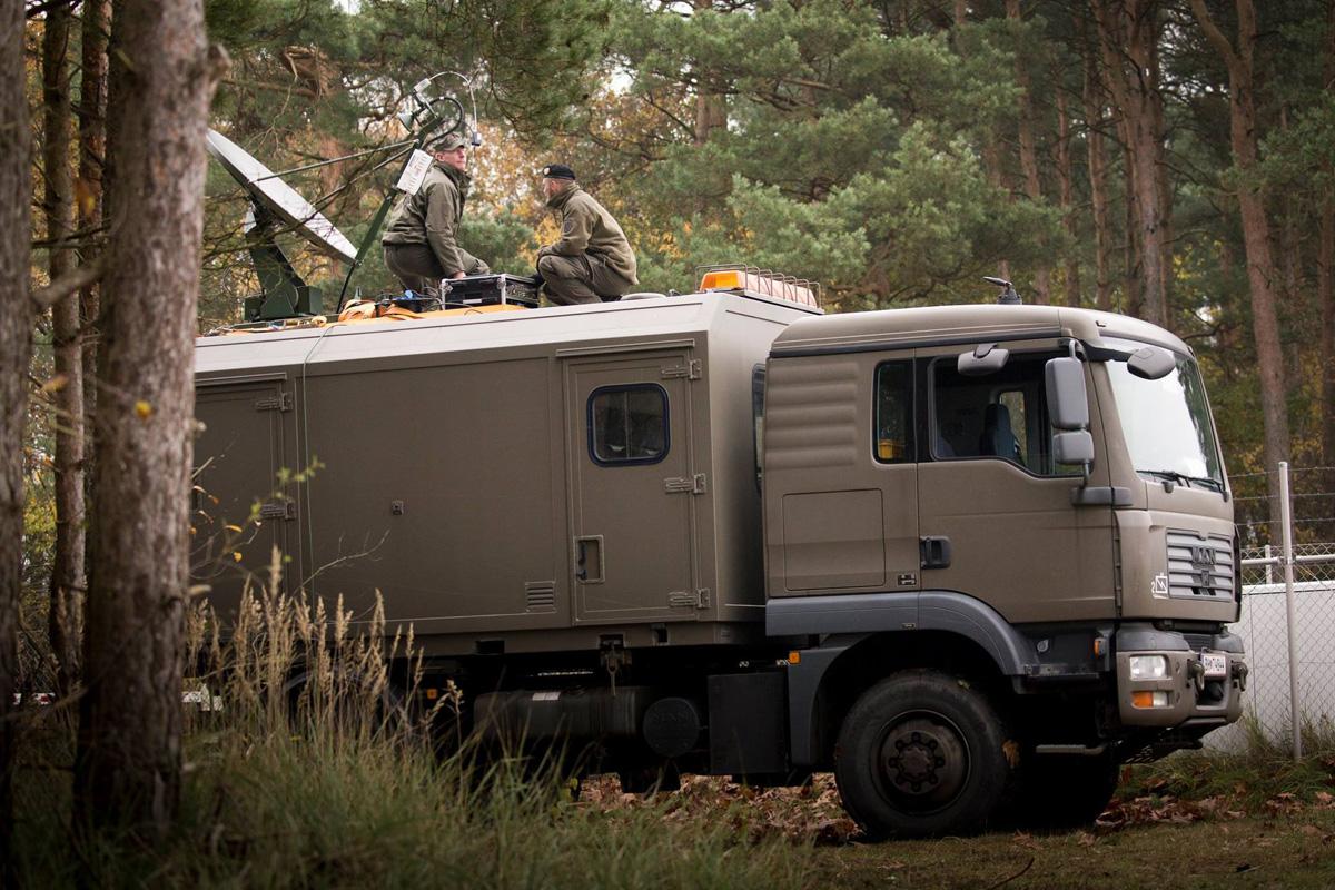 """Die Satellitenverbindung wird errichtet - MAN 12.240 4x4 BL mit Wechselaufbau """"Feldkabeltrupp"""" © Bundesheer"""