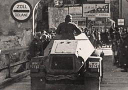 Motorisierte Einheiten der Deutschen Wehrmacht beim Grenzübertritt am Grenzübergang Schärding (Fahrzeug ist ein Panzerspähwagen Sd.Kfz. 221). © Bundesarchiv, Bild 137-049270 / CC-BY-SA 3.0
