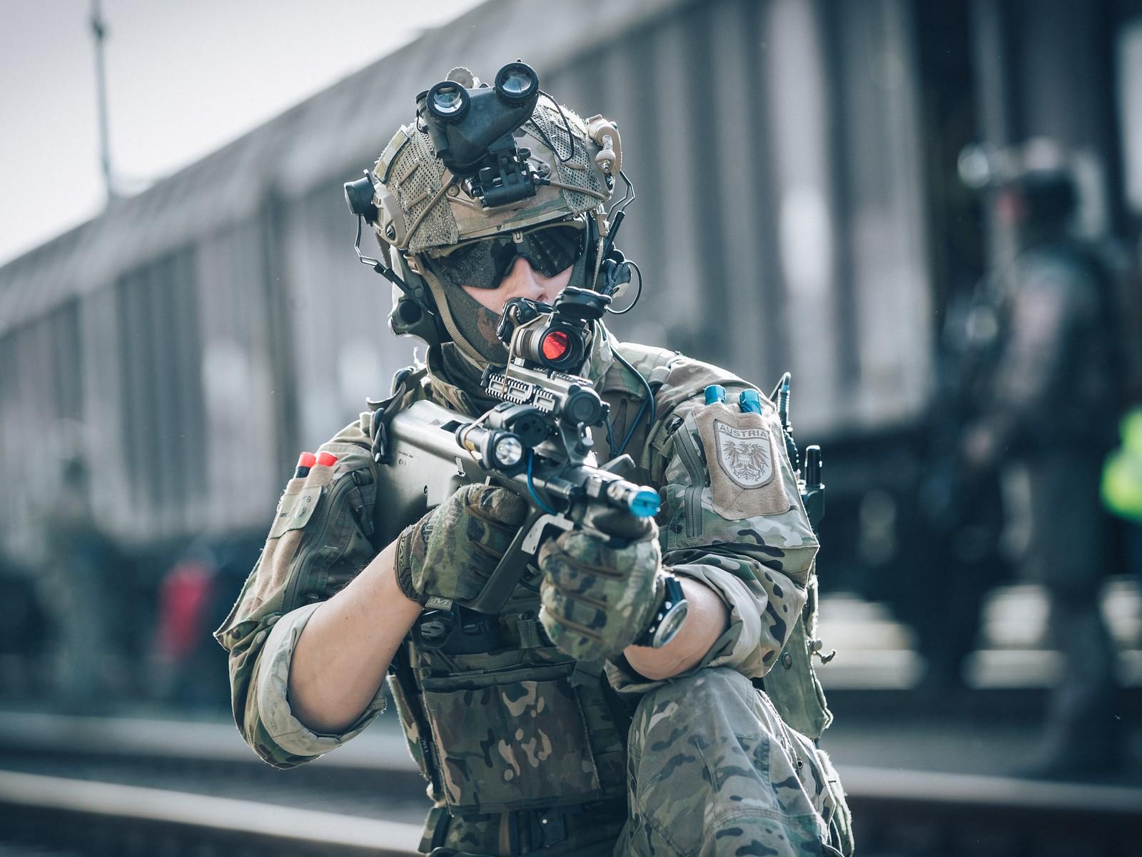 Jagdkommando-Soldaten stürmen einen Zug © Bundesheer