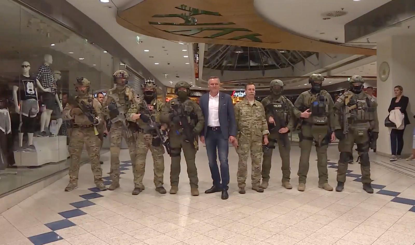 Minister Kunasek und Oberst Hofer mit Übungsteilnehmern aus unterschiedlichen Ländern © Bundesheer