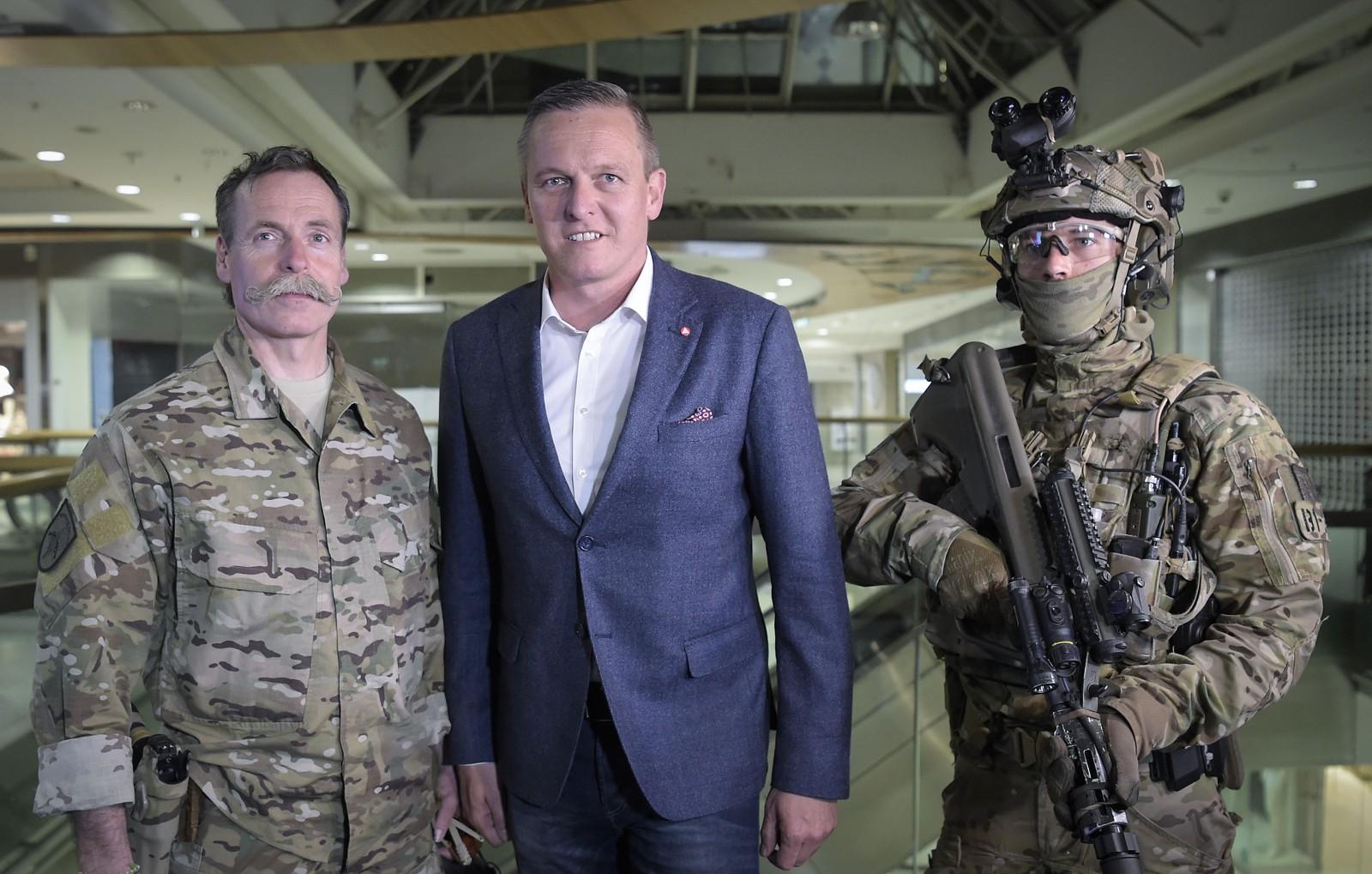 Oberst Hofer, der Kommandant des Jagdkommandos, Verteidigungsminister Kunasek und ein Jagdkommando-Soldat © Bundesheer