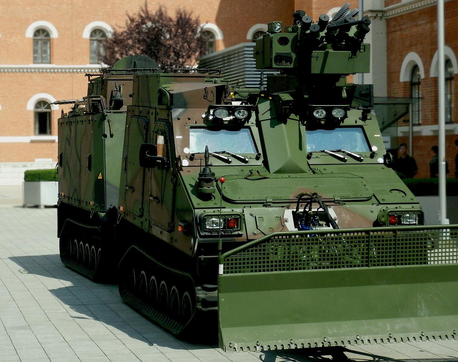 Geschütztes Universalgeländefahrzeug BvS10 AUT Hägglunds © DoppeladlerTeam / Vojtenko