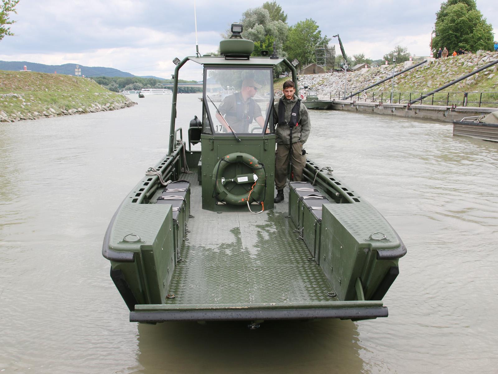Bugklappe des Arbeits- und Transportboots © Doppeladler.com