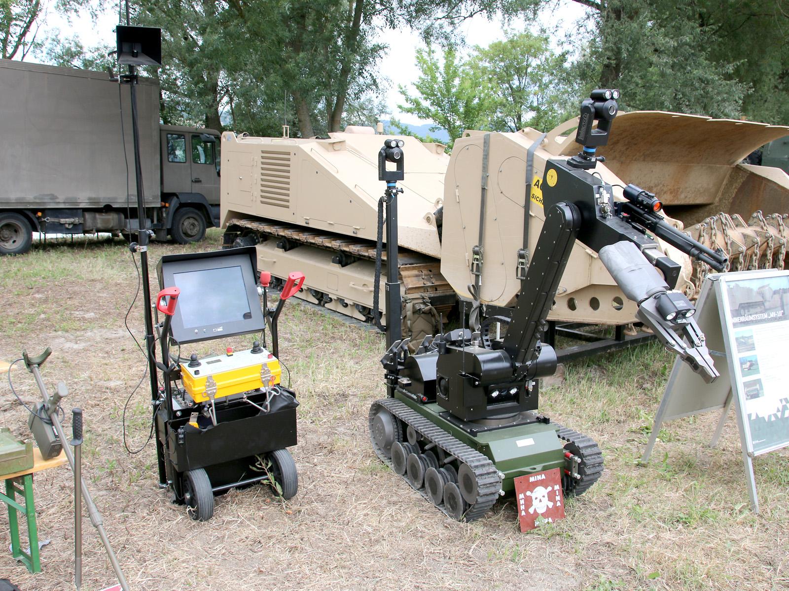 EOD Roboter tEODor mit Steuerungseinheit © Doppeladler.com