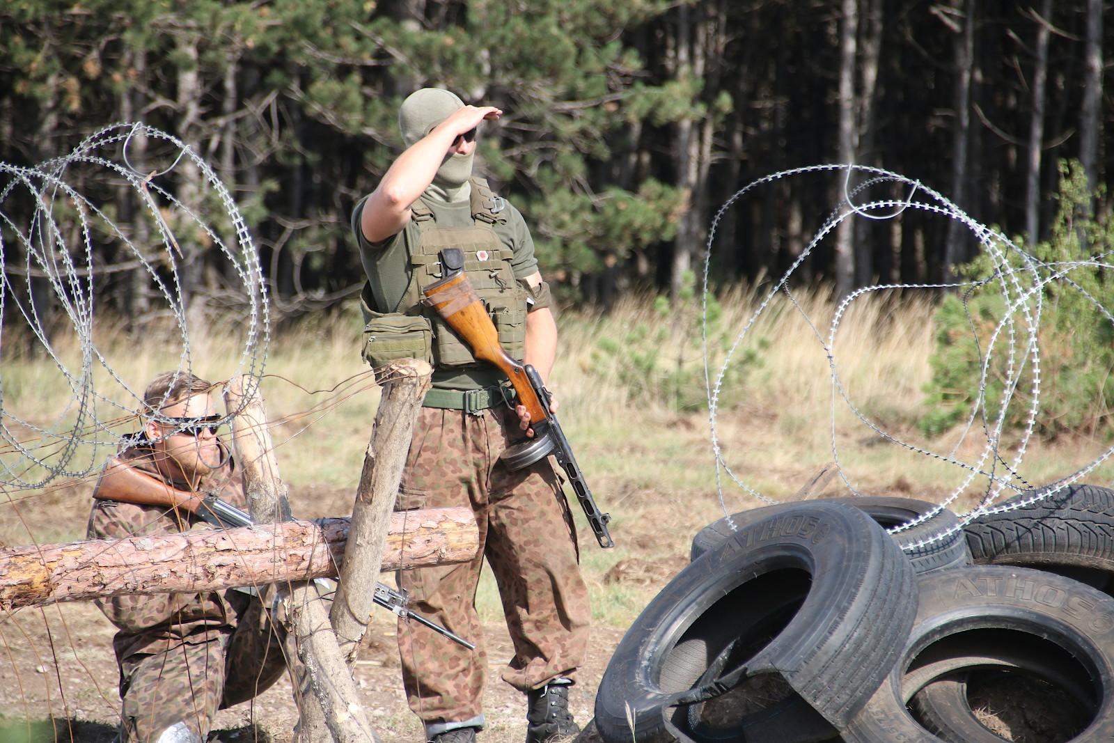 Rebellen haben eine Straßensperre errichtet. Nach erfolglosen Verhandlungen muss sie nun gewaltsam durchbrochen werden © Doppeladler.com