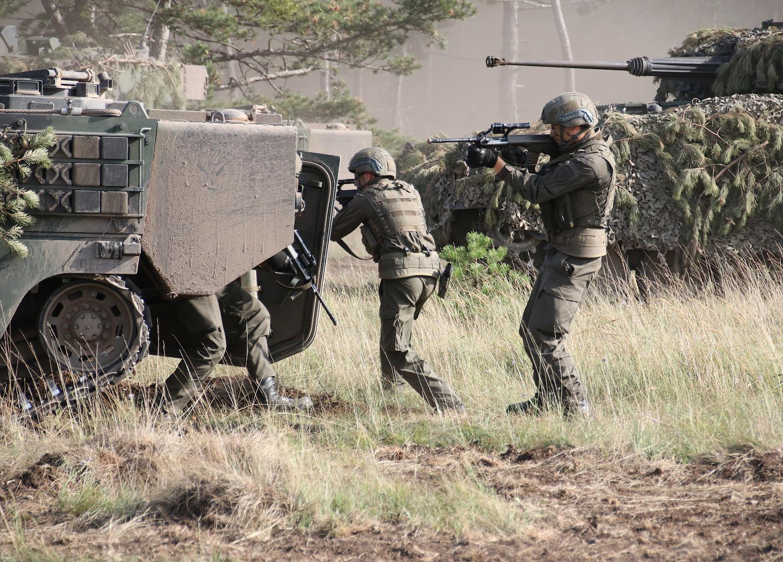 Die Panzergrenadiere sitzen ab © Doppeladler.com