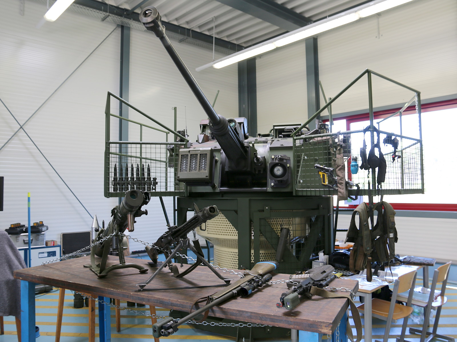 Steyr SP-30 Turmsimulator mit Duellsimulatoren. Davor Infanteriewaffen mit Duellsimulatoren © Doppeladler.com