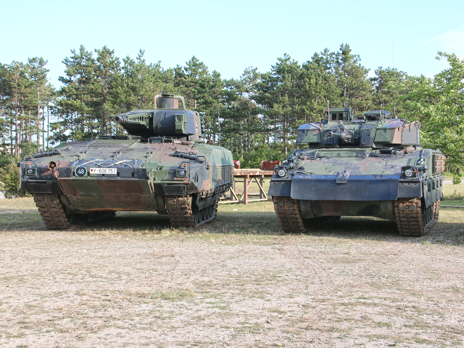 Schützenpanzer Puma und Ulan im Vergleich. Kaum zu glauben, wie eng es im stark geschützten Puma zugeht - trotz des fehlenden Turmkorbs und 2 Sitzplätzen weniger bietet der Ulan viel mehr Platz © Doppeladler.com