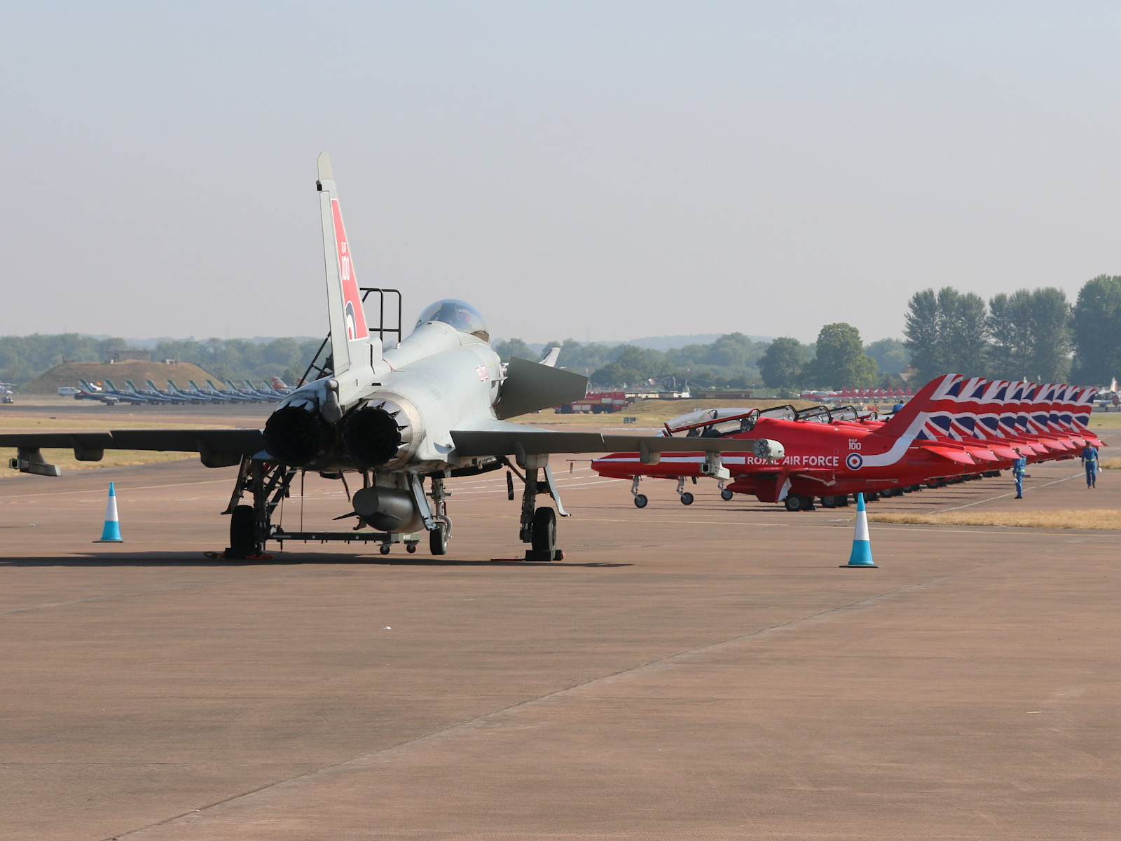 Eurofighter Typhoon FGR.4 ZK318 und Red Arrows © Doppeladler.com