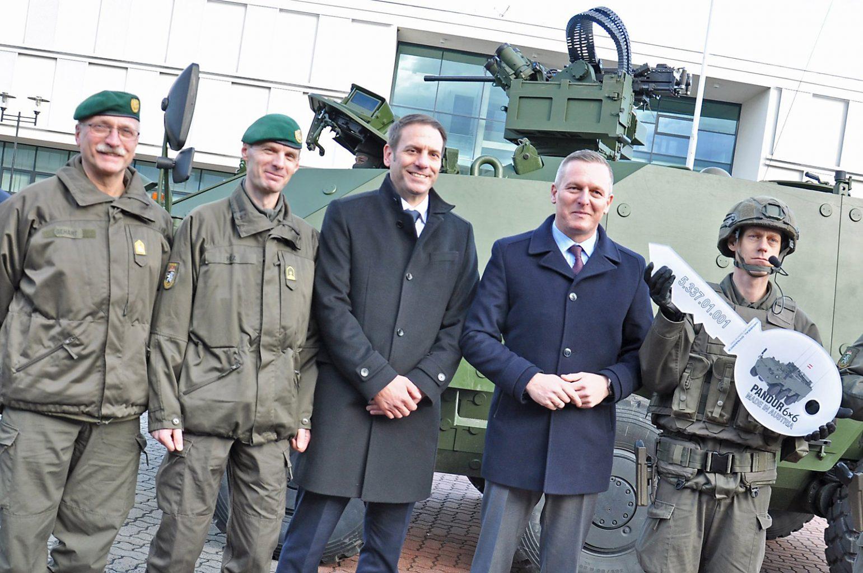 Verteidigungsminister Kunasek mit GDELS Steyr Geschäftsführer Martin Reischer © Bundesheer