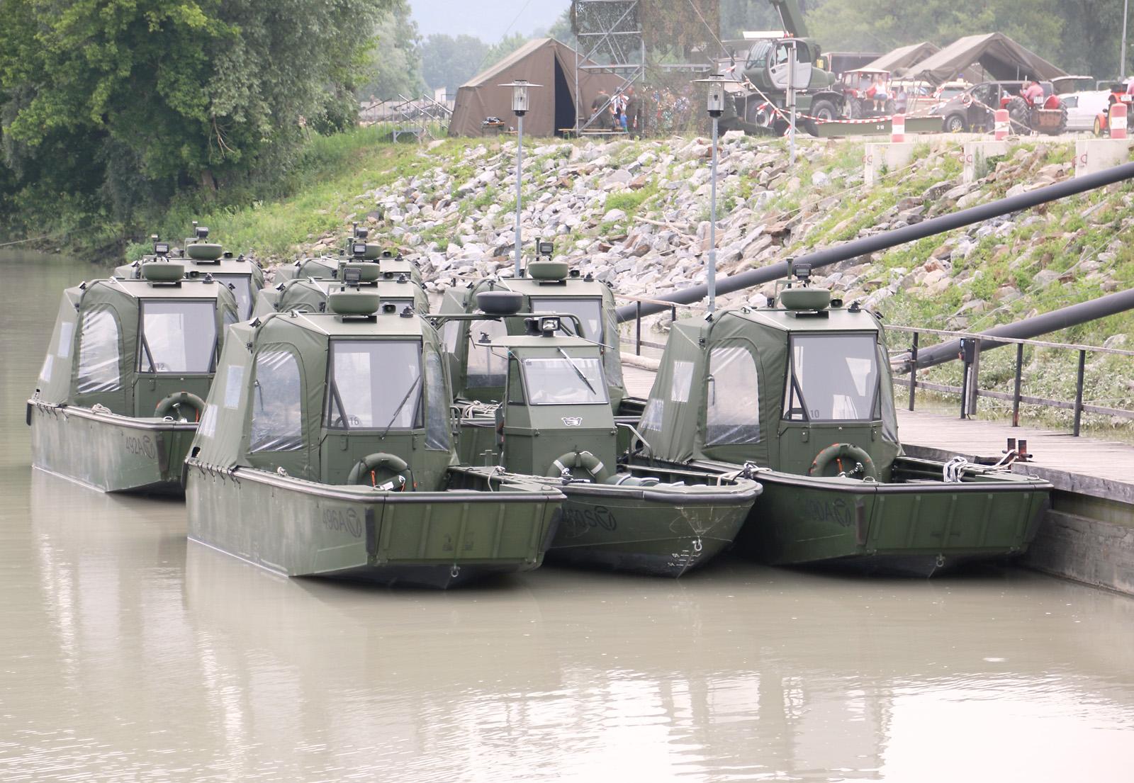 """Arbeits- und Transportboote und Sturmboot (erkennbar am """"spitzen"""" Bug ohne Klappe) © Doppeladler.com"""