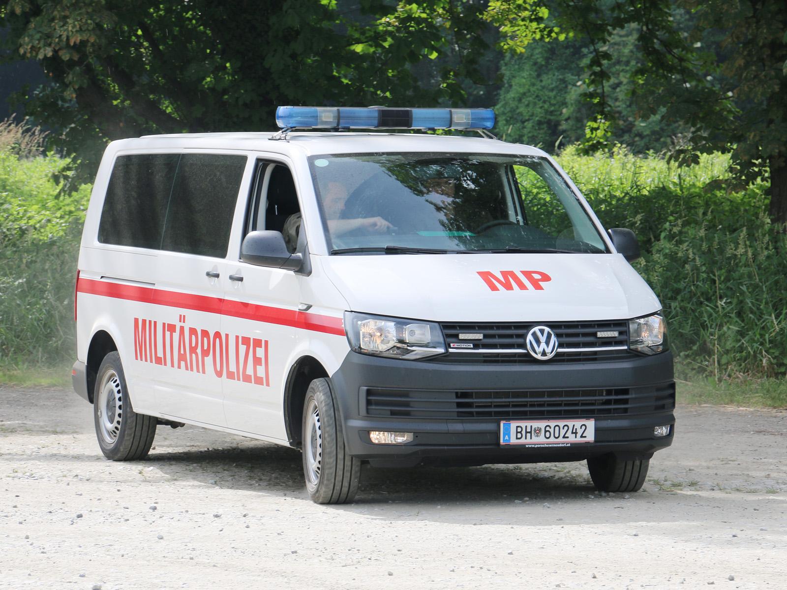 VW Transporter T6 2.0 TDI 4motion mit 150 PS Turbodiesel der Militärpolizei mit zwei Schiebetüren, Blaulicht, Folgetonhorn und Frontblitzer im Kühlergrill © Doppeladler.com