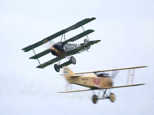 Fokker DR.I Replika '403/17 / G-CDXR' im Luftkampf mit der FVM Ö 1 Tummelisa © Doppeladler.com