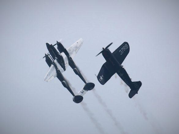 Lockheed P-38L Lightning 'N25Y' und Chance Vought F4U-4 Corsair 'OE-EAS' © Doppeladler.com
