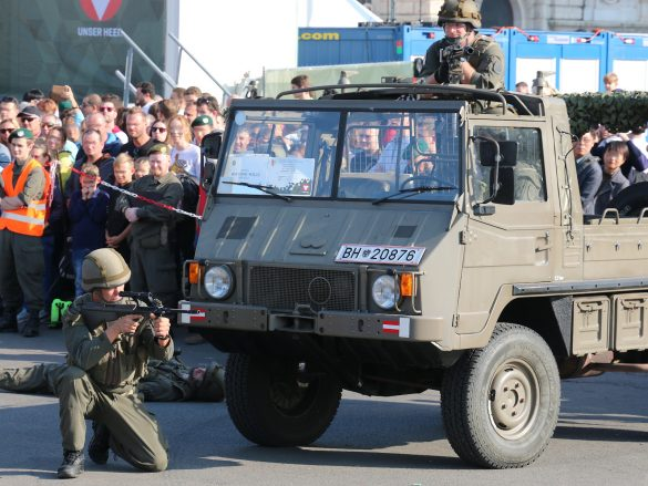 Miliz mit Pinzgauer 710 4x4 © Doppeladler.com