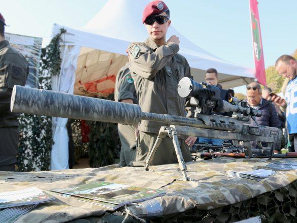 12,7 mm Scharfschützengewehr HS .50 M1 mit Nachtzielvisier und Mündungsfeuerdämpfer © Doppeladler.com