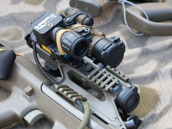 5,56 mm Sturmgewehr StG-77 A2 Kommando (alias AUG A3 SF) mit Rotpunktvisier, taktischem Laser/Licht Modul und Mündungsfeuerdämpfer © Doppeladler.com