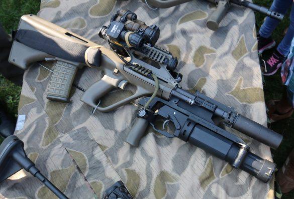 5,56 mm Sturmgewehr StG-77 A2 Kommando (alias AUG A3 SF) mit Rotpunktvisier, taktischem Laser/Licht Modul und Mündungsfeuerdämpfer. Unter dem Lauf: Granatwerfer ML40 mk2 von Madritsch Weapon Technology © Doppeladler.com