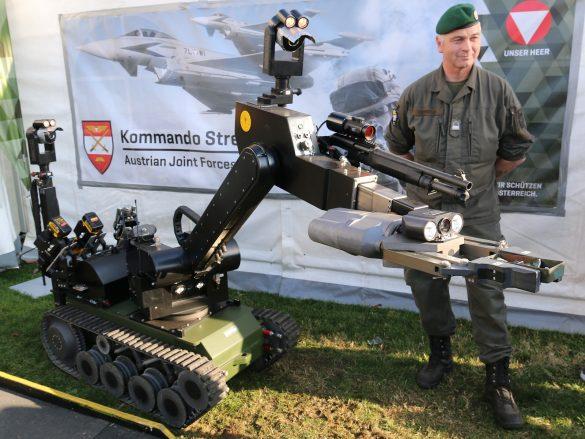 EOD Roboter tEODor verteilt Zuckerl © Doppeladler.com