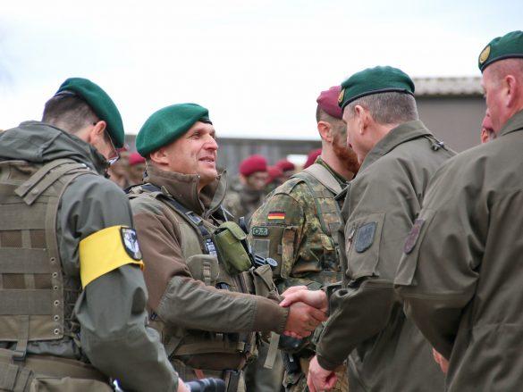 Generalleutnant Franz Reißner, der Kommandant der Landstreitkräfte, gratuliert zum positiven Abschluss der EURAD 2019 © Doppeladler.com