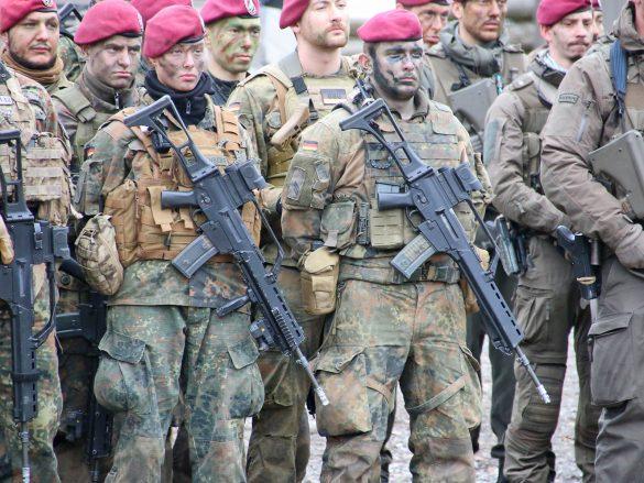 Es gibt natürlich auch Fallschirmjägerinnen - kein 5,56 mm Sturmgewehr G36 gleicht dem anderen © Doppeladler.com