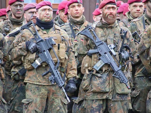 Angehörige des Fallschirmjägerregiments 26 - kein 5,56 mm Sturmgewehr G36 gleicht dem anderen. Rechts ein G36K (Kompakt) © Doppeladler.com