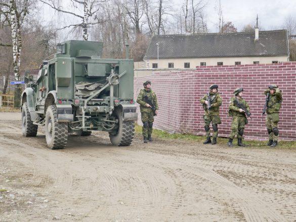 Unter dem Schutz des kroatischen Sicherungselements beginnt die Anschlussversorgung © Doppeladler.com