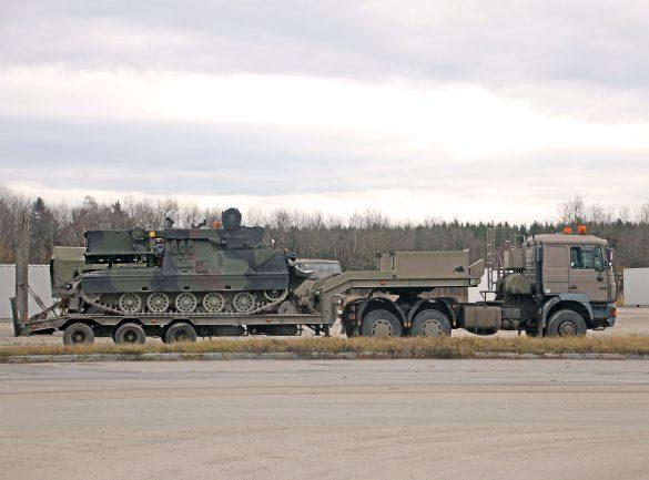 MAN 33.403 Sattelzugmaschine mit Satteltiefladeanhänger 30t TLÜ/S30L und Bergepanzer Greif A1 © Doppeladler.com