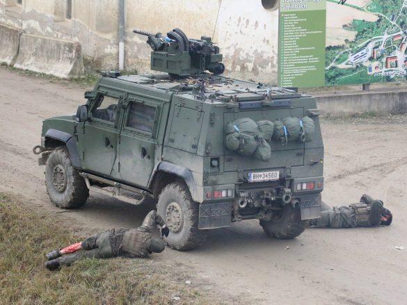 Die Besatzung des gut geschützten Fahrzeugs überlebt, ist allerdings verletzt © Doppeladler.com