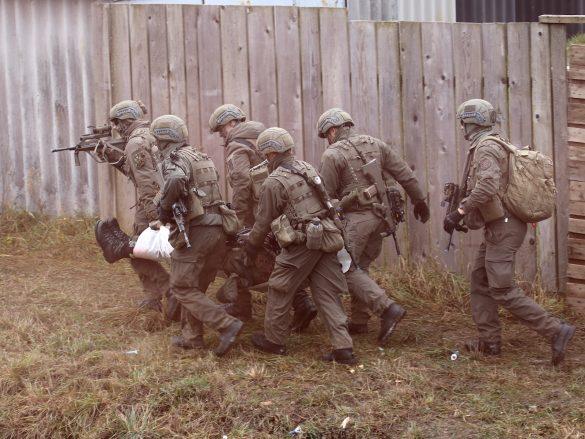 Der Schwerverletzte wird zum Evakuierungspunkt gebracht © Doppeladler.com