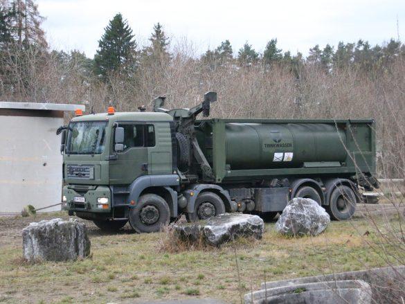 Dieses Hakenladesystem MAN 38.440 8x6 bringt das Trinkwasser © Doppeladler.com
