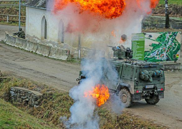 Ein HUSAR wird von einem improvisierten Sprengsatz IED getroffen © Bundesheer