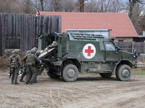 Die Verletzten werden in das Dingo 2 Notfallfahrzeug verladen © Doppeladler.com