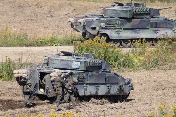 Panzergrenadiere sitzen ab und umstellen das Ausbildungslager © Doppeladler.com