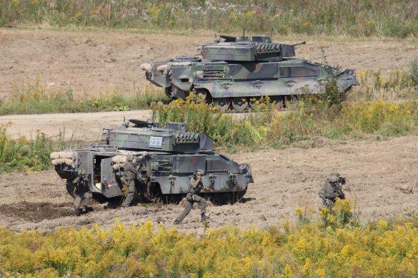Panzergrenadiere umstellen das Ausbildungslager © Doppeladler.com