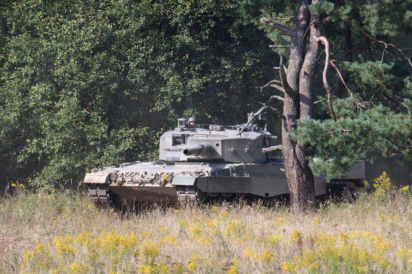 Kampfpanzer Leopard 2A4 bricht aus dem Wald hervor © Doppeladler.com