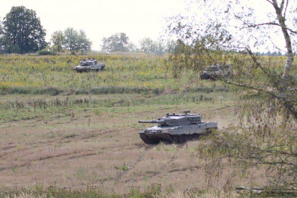 Kampfpanzer Leopard 2A4 rücken vor © Doppeladler.com