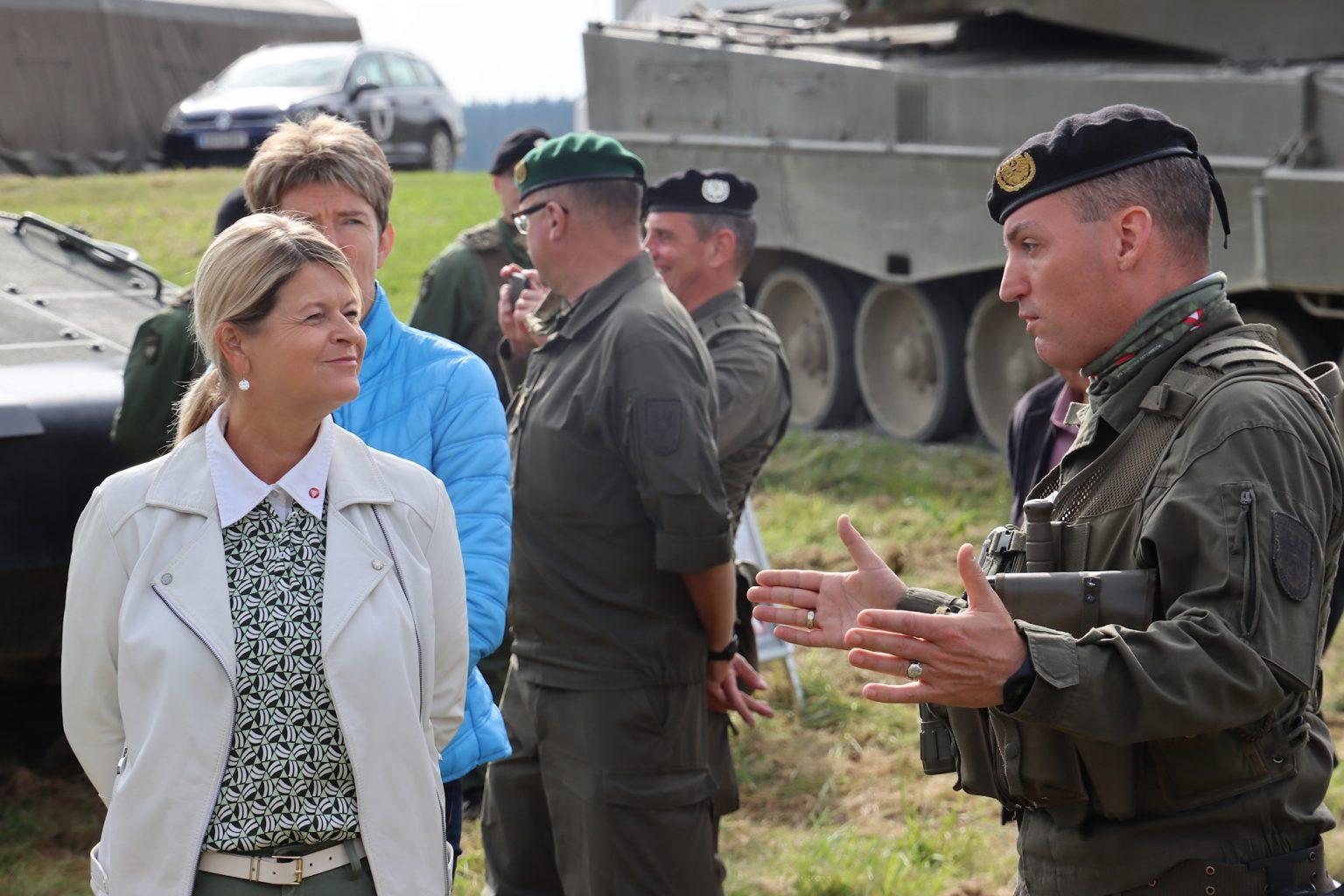 Brigadekommandant Schier informiert Ministerin Tanner über das Gerät und die Übung HANDWERK 2020 © Doppeladler.com