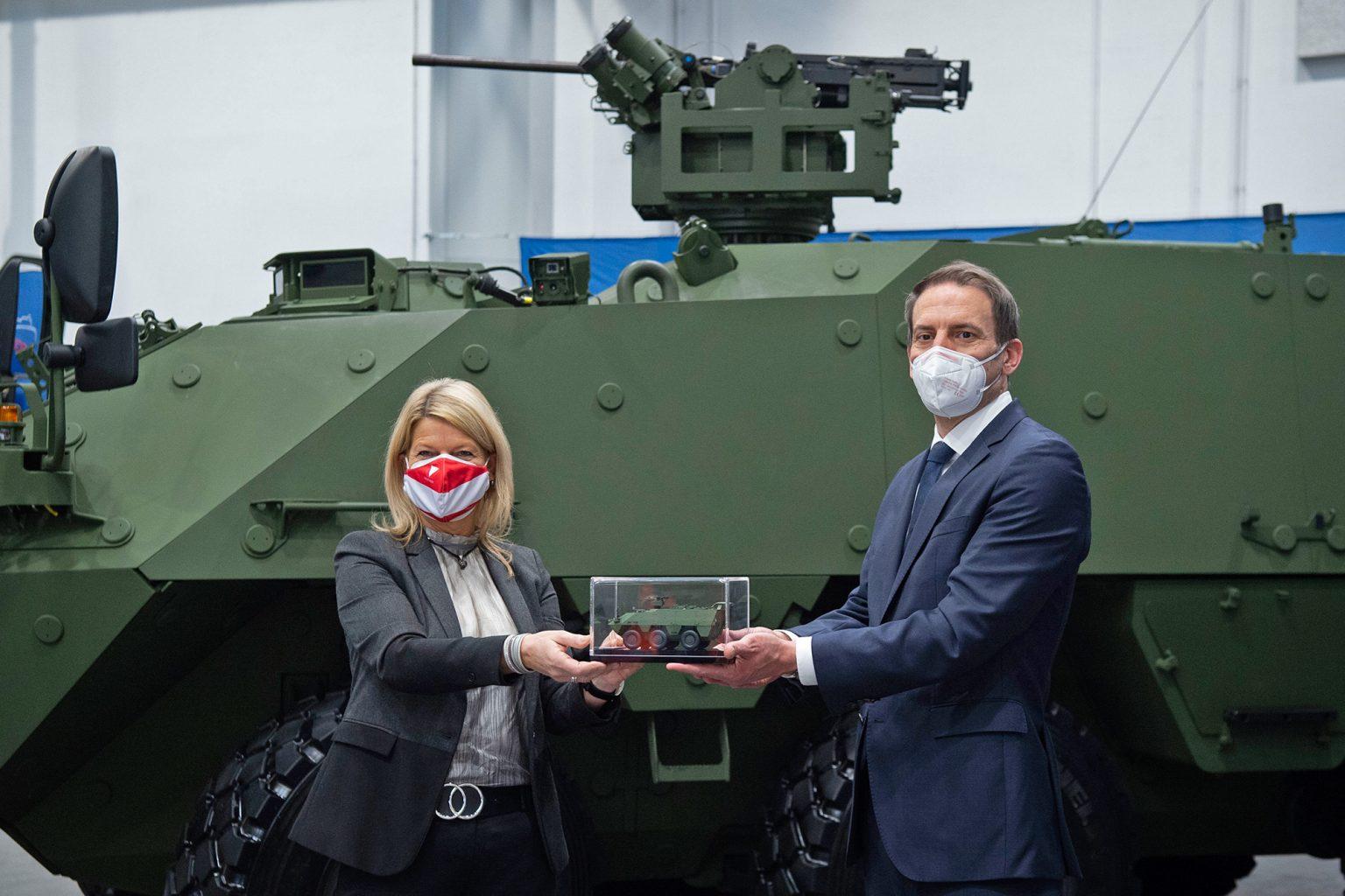 Ministerin Tanner und GDELS-Steyr Geschäftsführer Martin Reischer bei der Vertragsunterzeichnung für den PANDUR EVOLUTION © Bundesheer