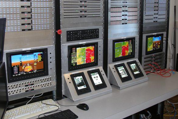 Das mitgelieferte Software Implementation Lab der Fliegerwerft ist das dazugehörige Programmierpult © Georg Mader