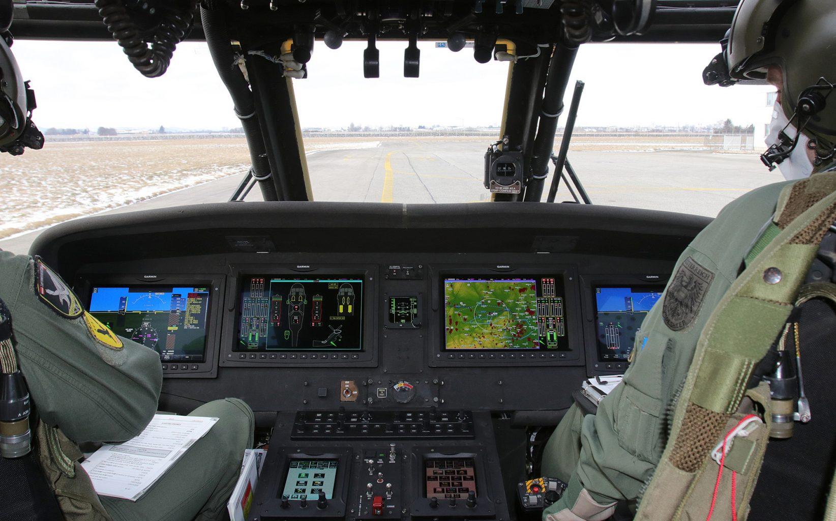 Das neue Cockpit ist um vier NVG-taugliche 12-Zoll Bildschirme mit 4K Ultra-HD Auflösung und zwei Touchscreen Controller aufgebaut © Georg Mader