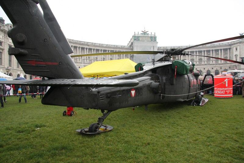 Sikorsky S-70A-42 Black Hawk 6M-BG mit Löschwassertank