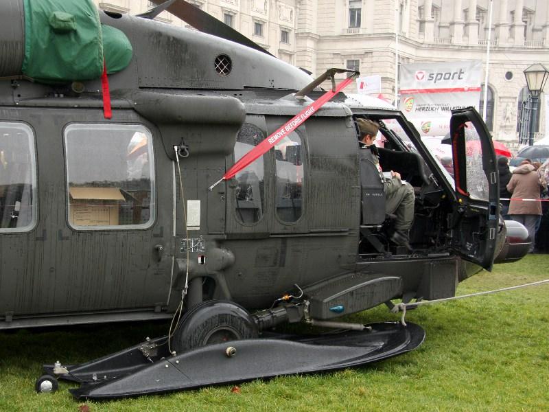 Sikorsky S-70A-42 Black Hawk, 6M-BG