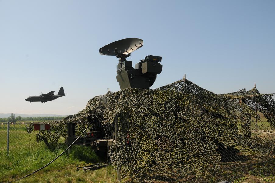 Feuerleitgerät 98 Skyguard. Dahinter eine Hercules im Landeanflug auf die FOB Langenlebarn © Strobl