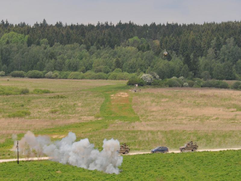 Ein kurzer Feuerstoß aus dem schnellfeuernden 7,62 mm Gatling-Maschinengewehr des Kiowa lässt die Fahrzeuge stoppen © Strobl