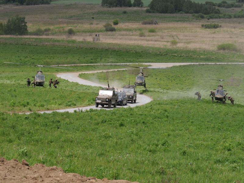 Die Soldaten des Jagdkommandos stürmen auf die Fahrzeuge zu © Strobl