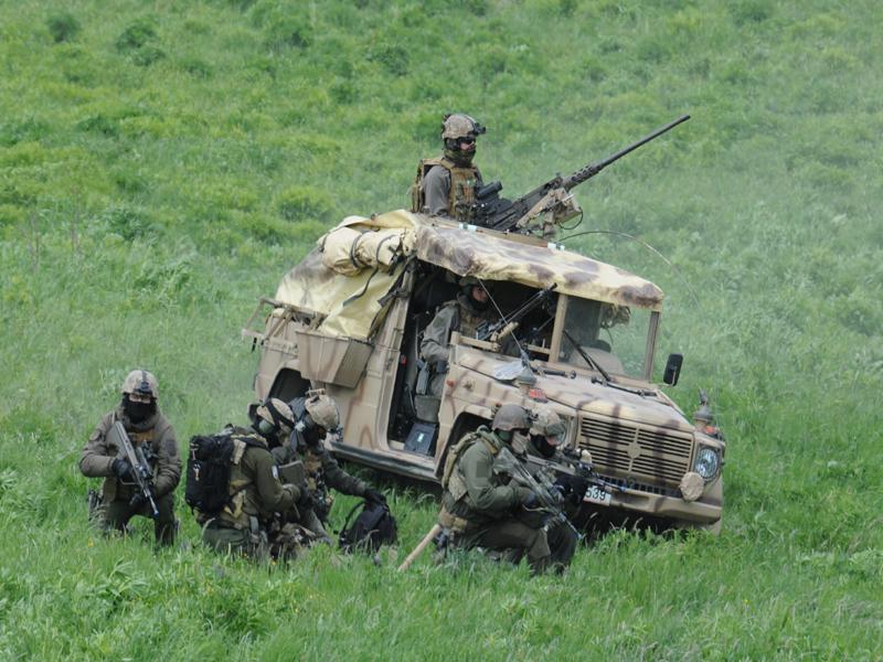 Die Spezialeinsatzkräfte verfügen auch über Puch G Sandviper, die die Sicherung übernehmen © Strobl