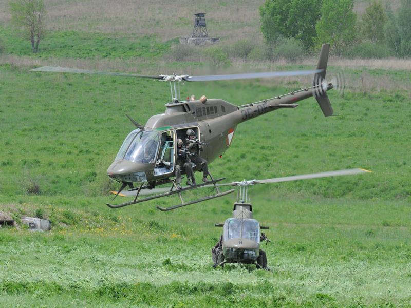 Die ersten Kommandosoldaten besteigen schon wieder ihre Kiowas, als es erneut zu einem Schusswechsel kommt © Strobl