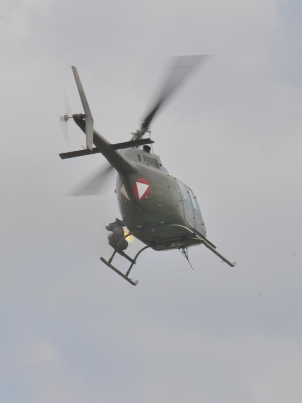 Der OH-58B Kiowa gibt Luftunterstützung © Strobl